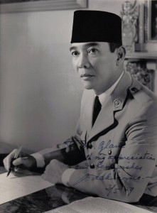 http://blog.ub.ac.id/catatansiboy/files/2013/12/Soekarno_1959-221x300.jpg